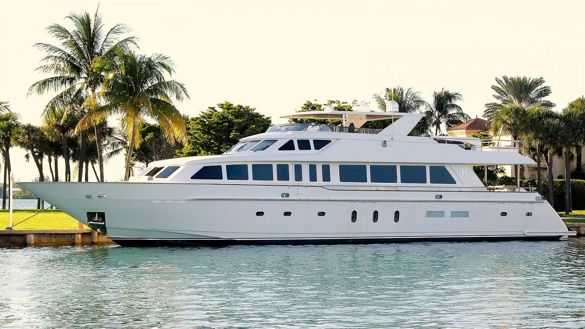 BEACHFRONT Yacht Charter - Ritzy Charters