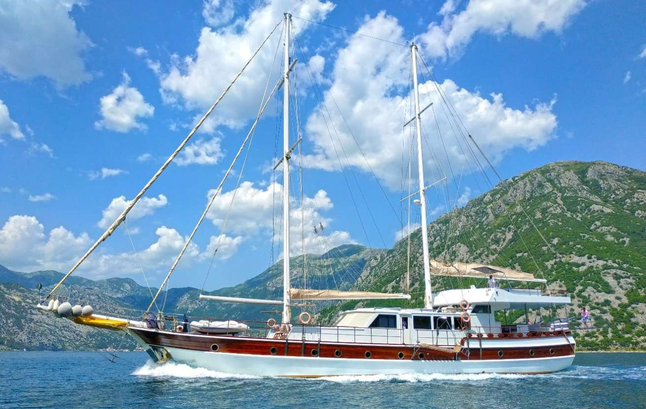 WHITE SWAN Yacht Charter - Ritzy Charters