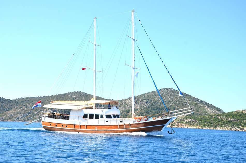 Sirena Yacht Charter - Ritzy Charters