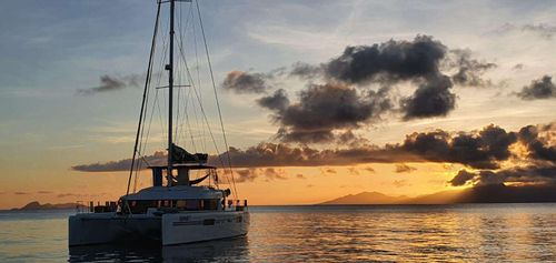 Yacht Charter CHAMPAGNE L52 | Ritzy Charters
