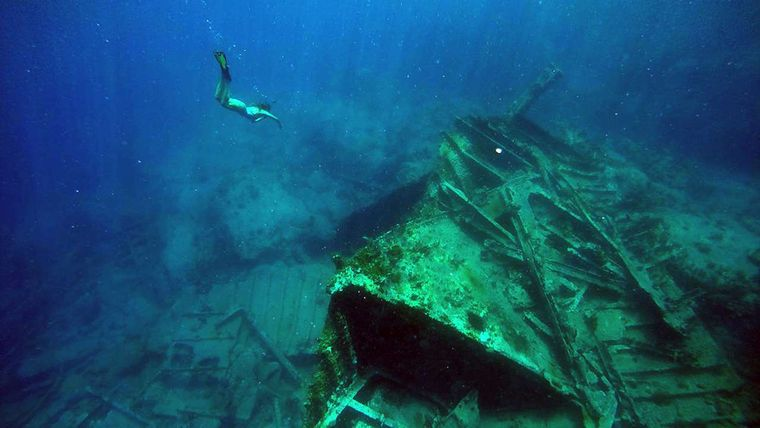 SAYANG Yacht Charter - Snorkeling over an aging relic