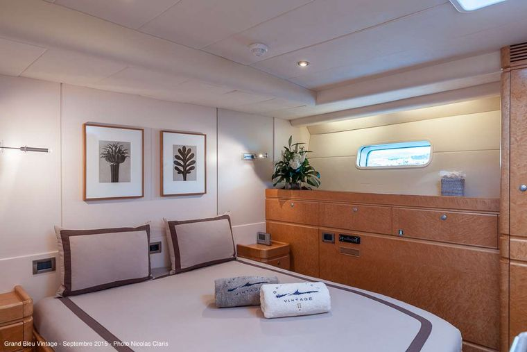 GRAND BLEU VINTAGE Yacht Charter - Guest middle double cabin (portside)