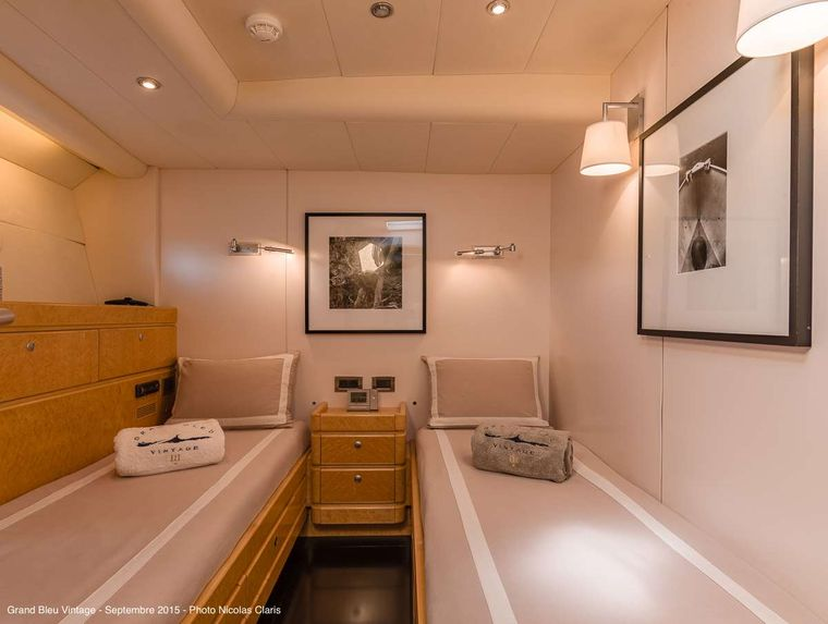 GRAND BLEU VINTAGE Yacht Charter - Guest middle twin cabin (starboard)