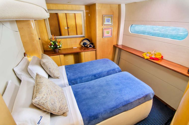 ZINGARA Yacht Charter - Amidships guest suite (made up as a twin cabin)