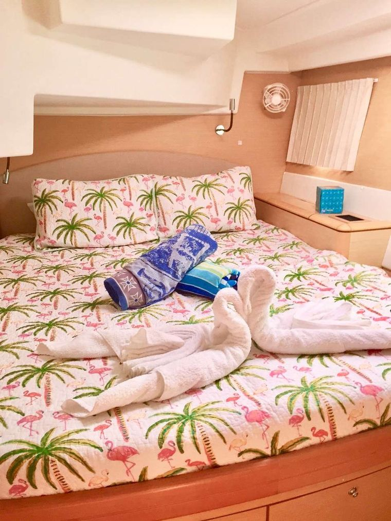 CATATONIC 500 Yacht Charter - Gorgeous Queen Guest Cabins