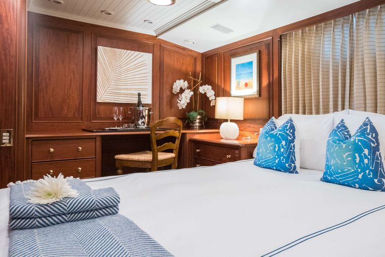 LADY J Yacht Charter - Queen Stateroom