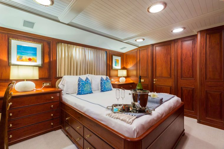 LADY J Yacht Charter - Queen Guest Stateroom