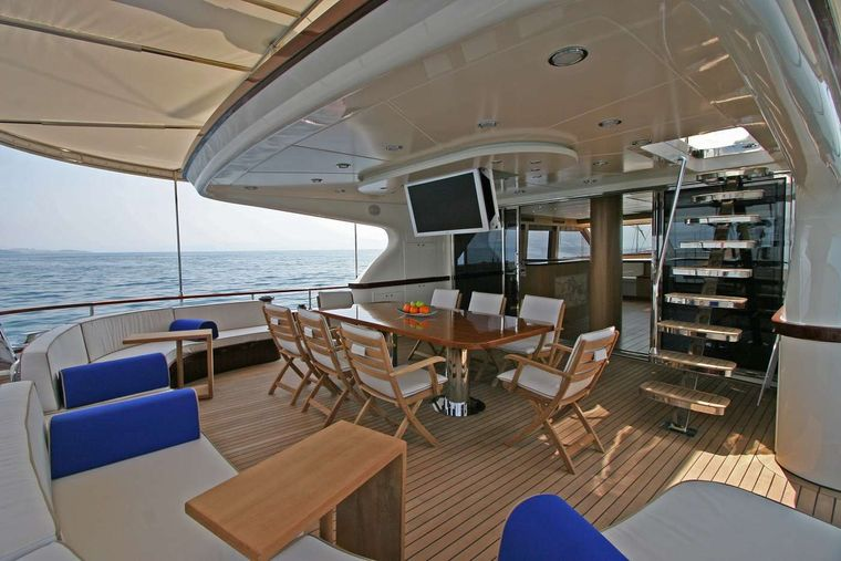 GETAWAY Yacht Charter - AFT DINING & SEATING