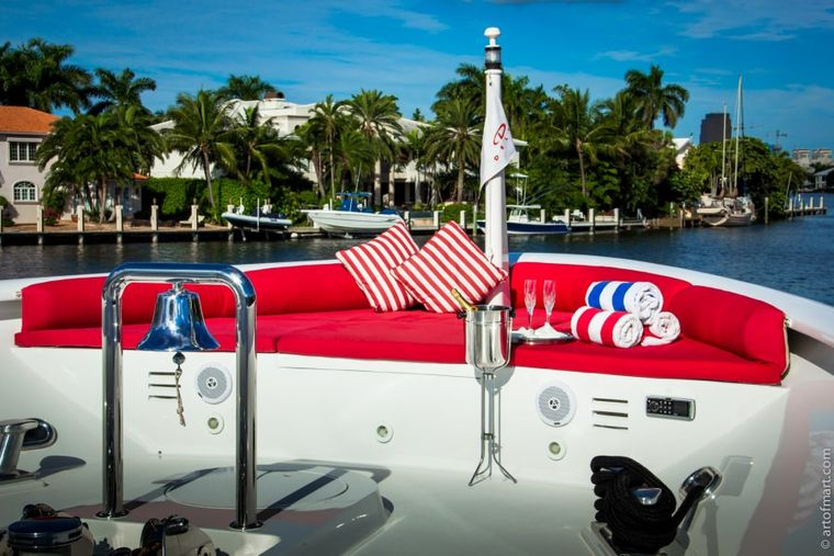 MURPHY'S LAW Yacht Charter - Bow