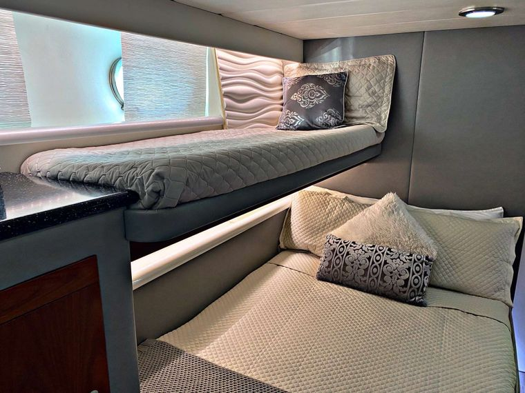 RUNAWAY Yacht Charter - Guest Stateroom - Ensuite Double w/Single Above