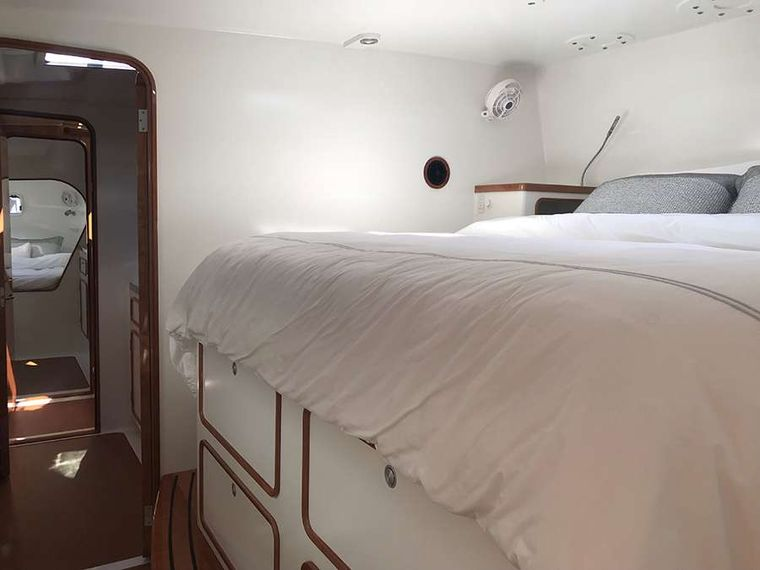 SKYLARK Yacht Charter - Forward queen guest suite