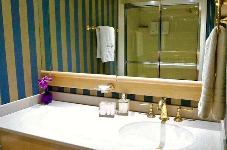 LADY SHARON GALE Yacht Charter - Guest Bathroom