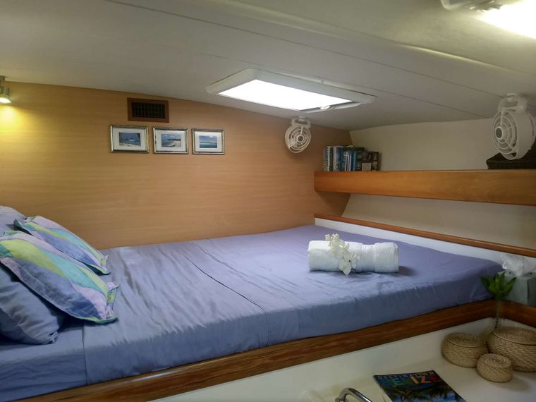 DREAMING ON Yacht Charter - Guest cabin #2 with queen berth