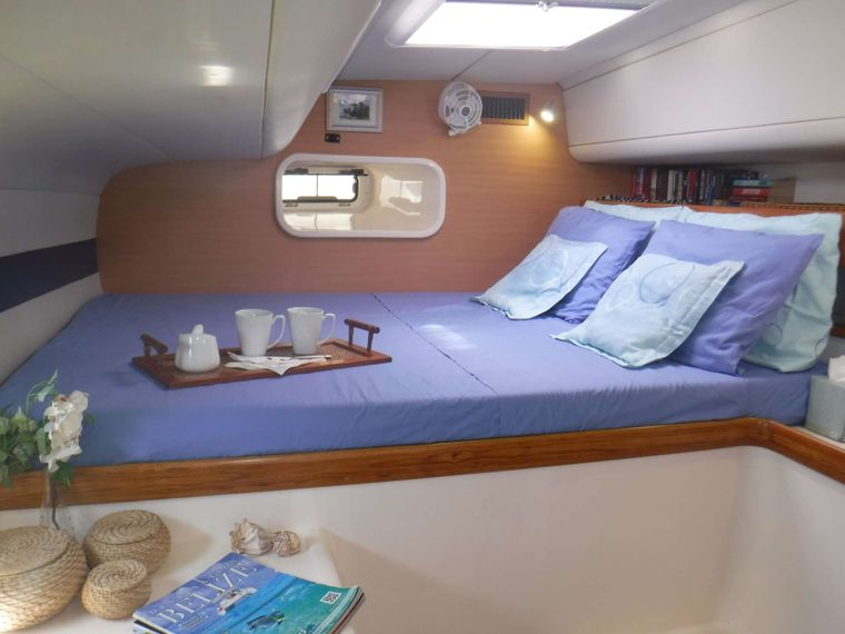 DREAMING ON Yacht Charter - Guest cabin #3 with queen berth