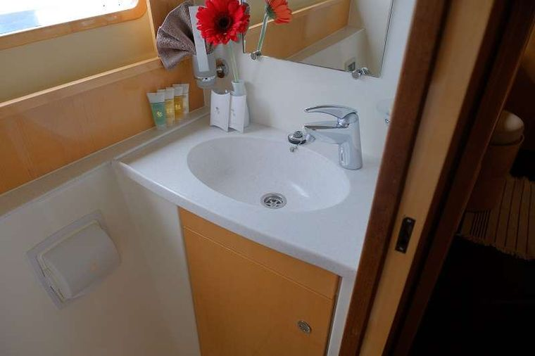 ELYSIUM Yacht Charter - Guest bathroom - shower stall separate
