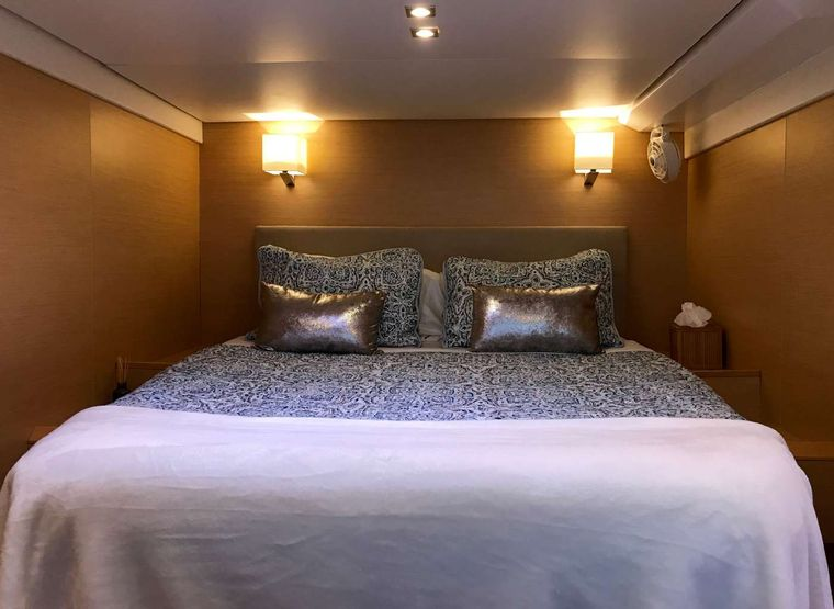 FOXY LADY Yacht Charter - Queen guest suite