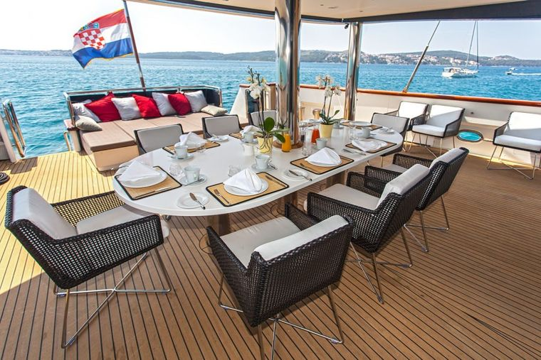NAVILUX Yacht Charter - aft dining