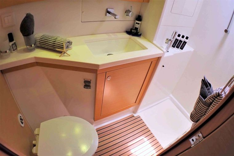 GYPSY PRINCESS Yacht Charter - Private guest bath