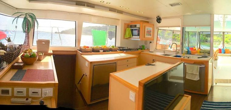 COPPER PENNY Yacht Charter - The 360� view saloon
