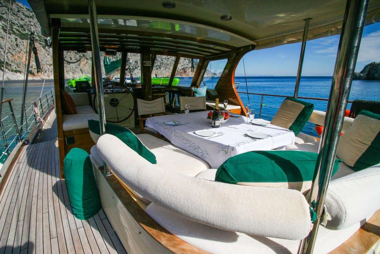 LADY FREYA Yacht Charter - AFT SEATING & DINING