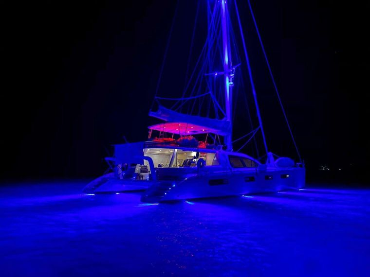 GOOD VIBRATIONS L62 Yacht Charter - Good Vibrations at night