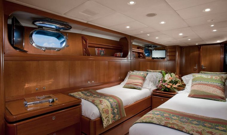 """SEAQUELL Yacht Charter - """"Pacific"""" Convertible cabin as Twin"""