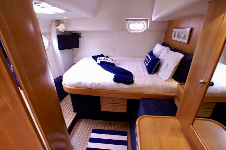 THE BIG DOG Yacht Charter - Queen guest cabin #4