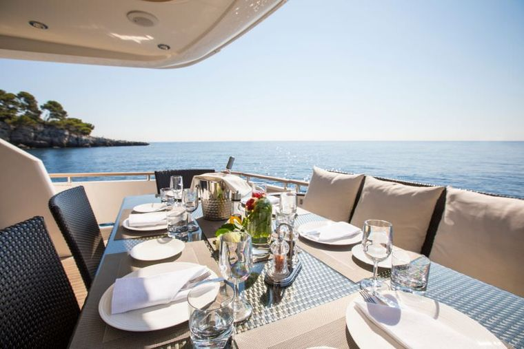D5 Yacht Charter - Aft Dining