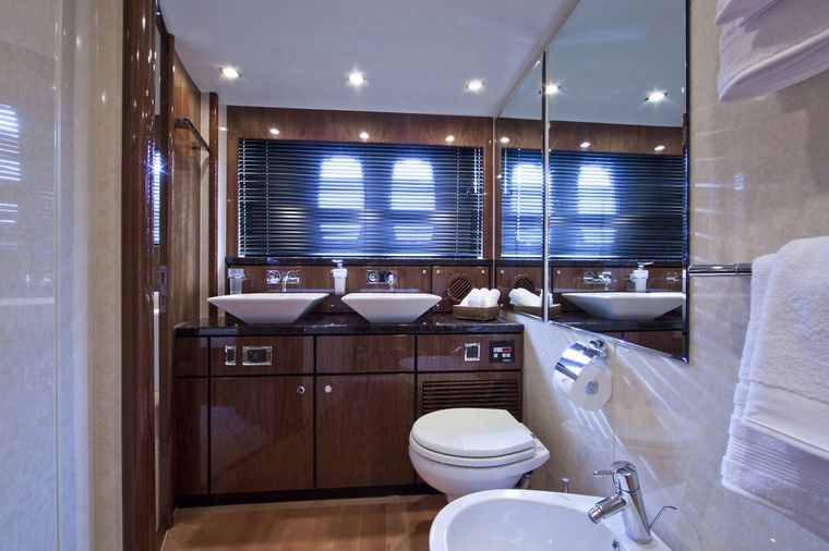 D5 Yacht Charter - Master Ensuite