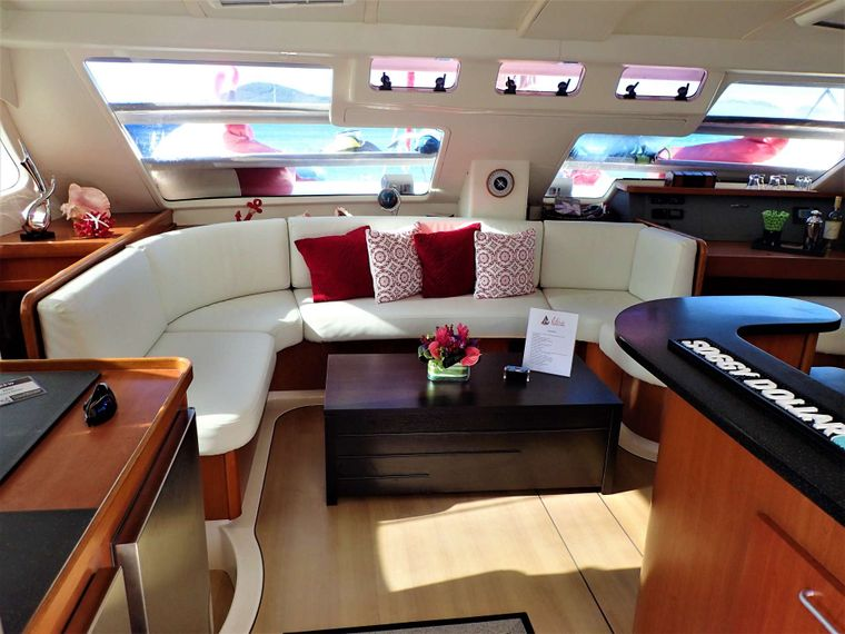 ELIXIR Yacht Charter - Lounge in style & comfort in the salon