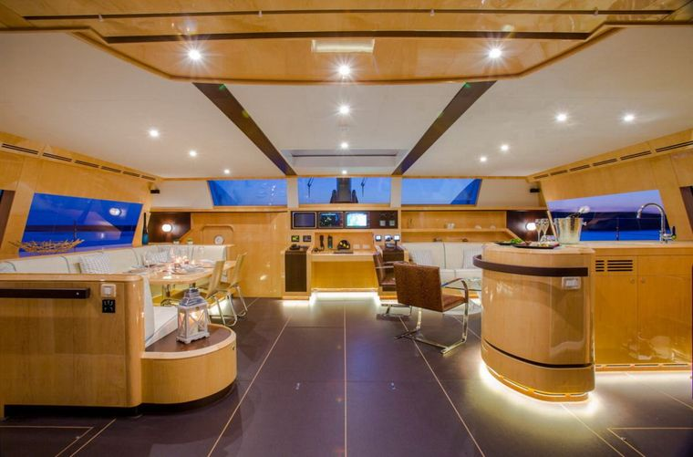WINDQUEST Yacht Charter - Living Room