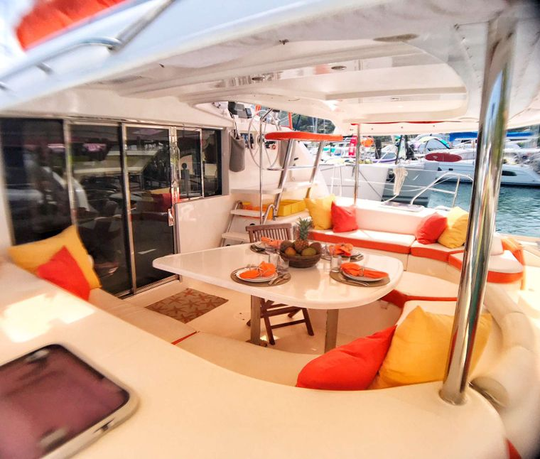 STARFISH Yacht Charter - Spacious cockpit with plenty of shade