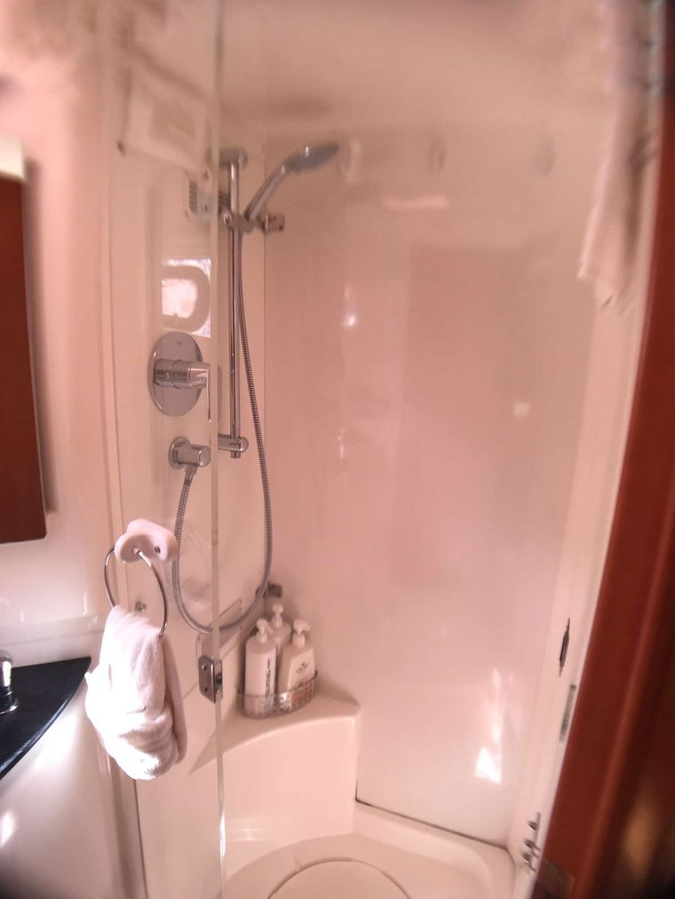 STARFISH Yacht Charter - Separate shower stalls in each bathroom.