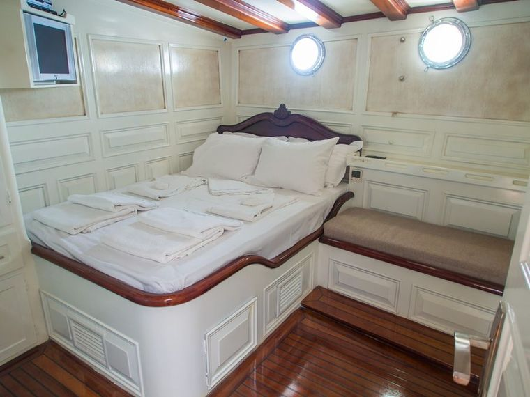GRANDEMARE Yacht Charter - Guest cabin