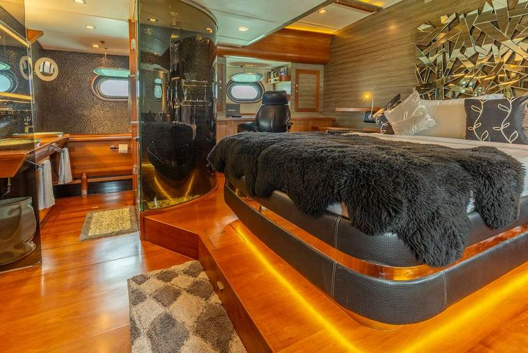 SILVERLINING Yacht Charter - Master Stateroom