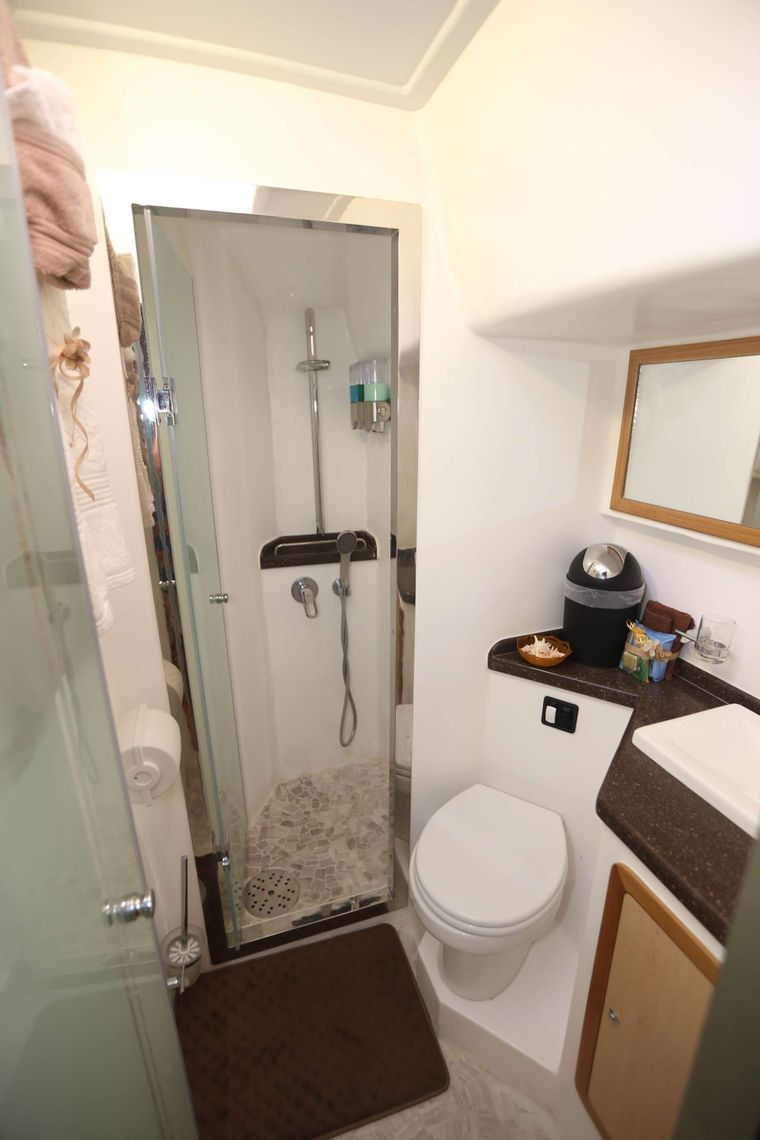 MANNA Yacht Charter - Midship Bathroom