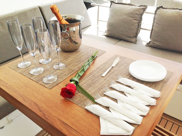 COOL RUNNINGS IV Yacht Charter - Break out the Bubbly