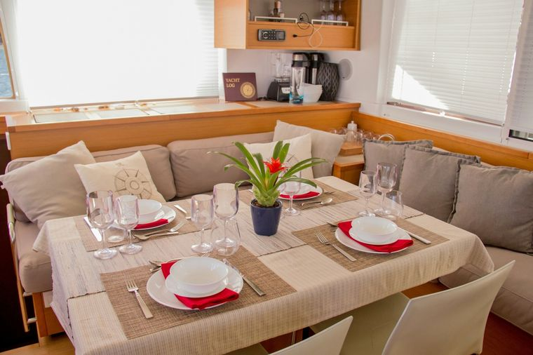 COOL RUNNINGS IV Yacht Charter - Main Salon Dining