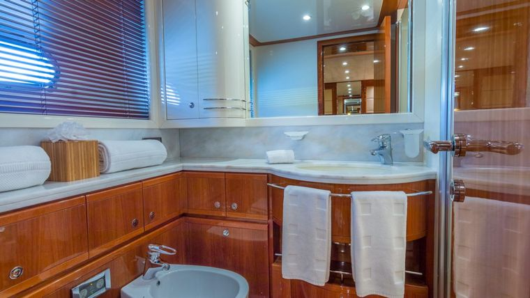 CINQUE MARE Yacht Charter - Guest Cabin Head