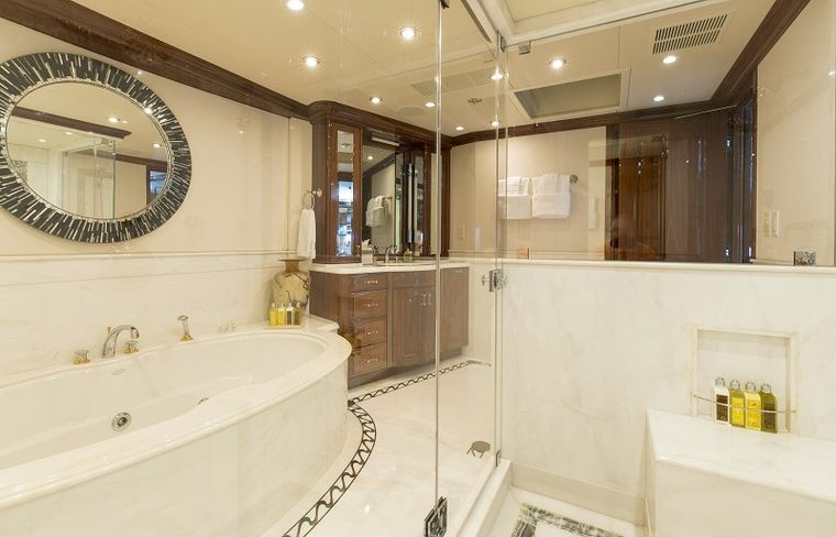REMEMBER WHEN Yacht Charter - Master Her en-suite with Jacuzzi