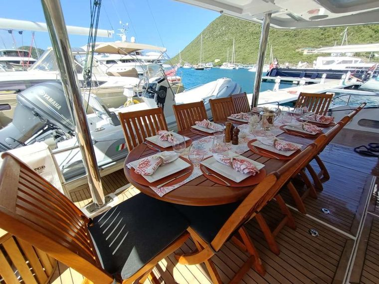 THE ANNEX Yacht Charter - Alfresco dining on the aft deck