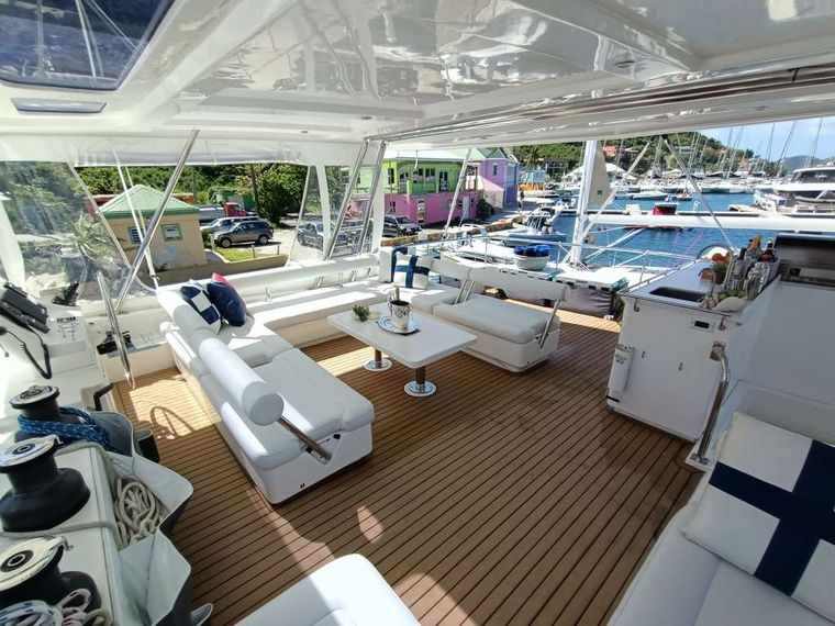 THE ANNEX Yacht Charter - Flybridge seating and helm