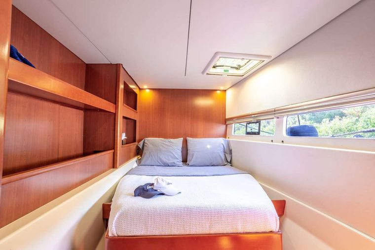 THE ANNEX Yacht Charter - Guest queen suite