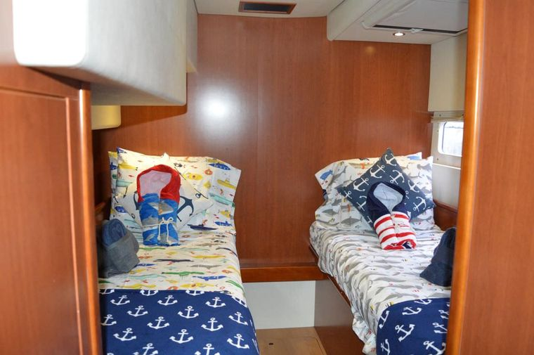 THE ANNEX Yacht Charter - Kids twin cabin, can be made into queen