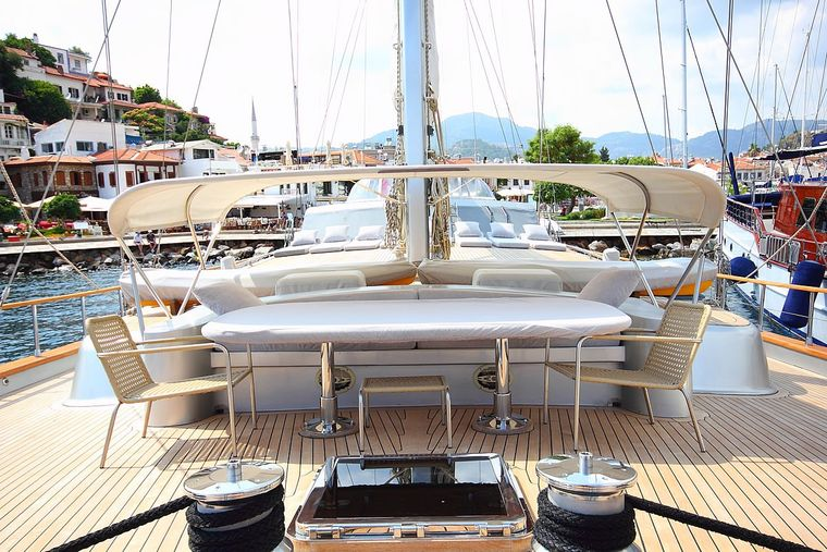 SILVERMOON Yacht Charter - Front Deck - Perfect spot to chill with the view of sunset