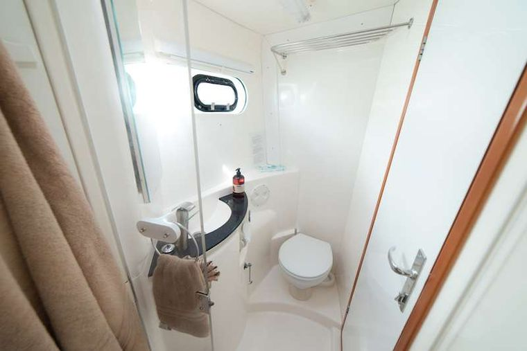 ISLAND R&R Yacht Charter - Separate showers in each head