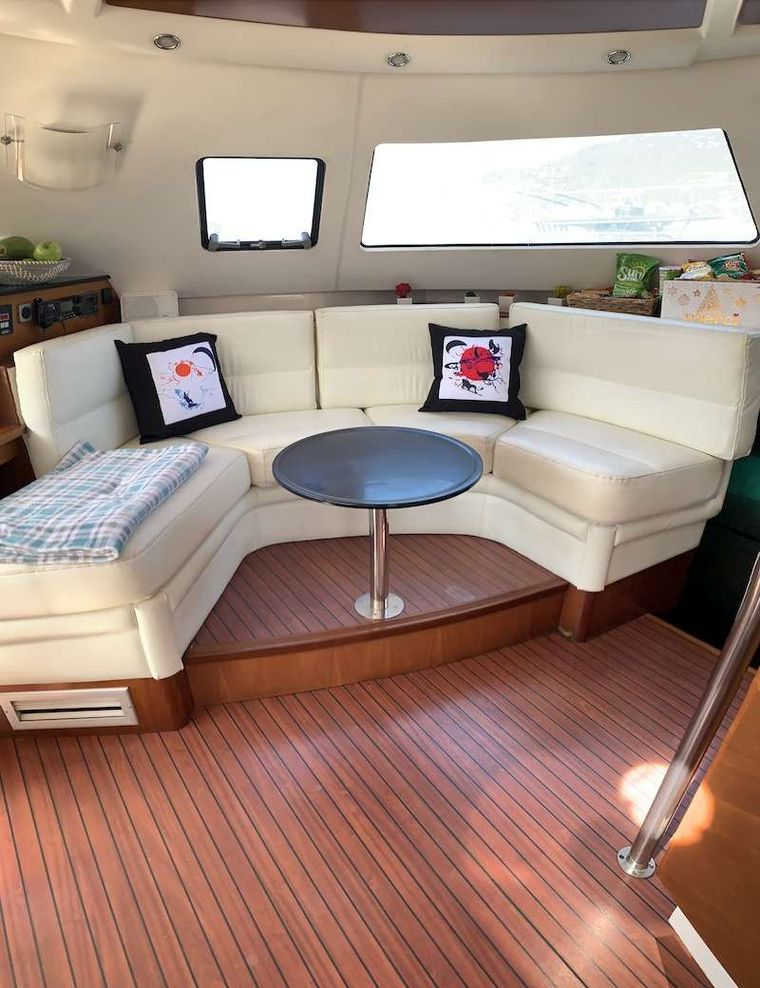 VIVO Yacht Charter - Additional seating in salon