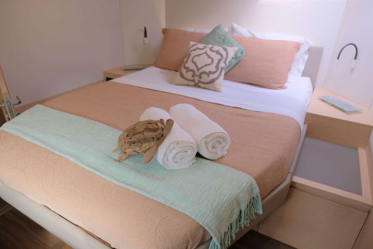 PORT TO VINO Yacht Charter - Guest suite