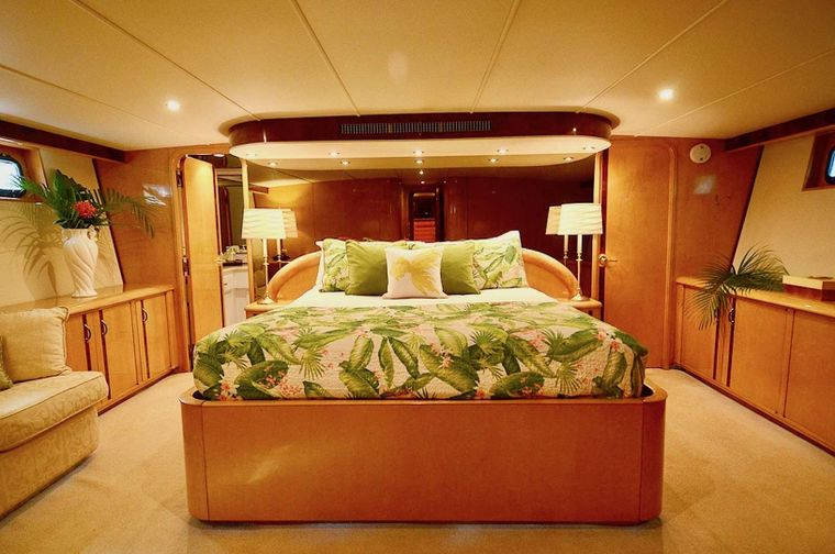SUITE LIFE Yacht Charter - Master Silver Palm Suite