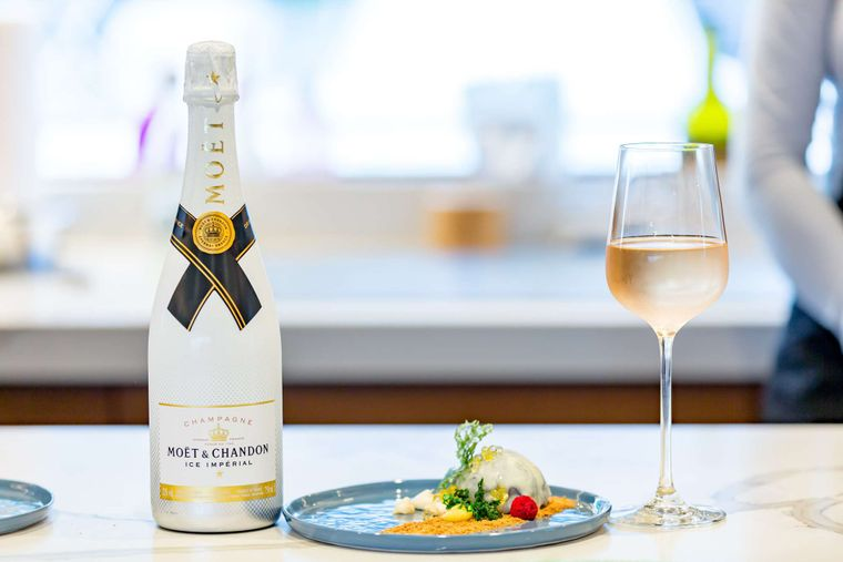 MUCHO GUSTO Yacht Charter - Champagne Or Rose?